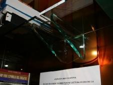 pared-de-vidrio-10mm-decorado-con-vinilos-con-estantes-de-vidrio-foto2.jpg