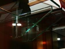 pared-de-vidrio-10mm-decorado-con-vinilos-con-estantes-de-vidrio-foto3.jpg