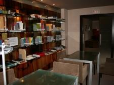 pared-de-vidrio-10mm-decorado-con-vinilos-con-estantes-de-vidrio-foto4.jpg