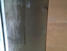 mampara-persolanizada-de-hoja-corredera-en-templado-de-8mm-con-fijos-en-laminar-44-sin-perfiles-verticales-con-armario-de-vidrio-y-repesisas_5.jpg