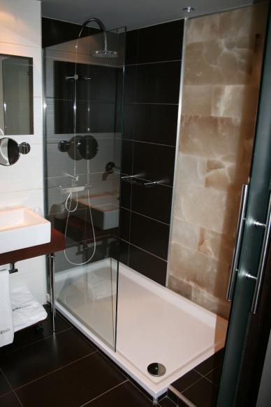 Herrajes Para Mamparas Para Baño:Mampara personalizada de vidrio templado incoloro de 10 mm, y herrajes